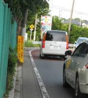 市内の横断歩道は狭くて凹凸が ...